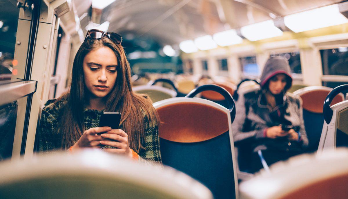 dat-dus-trein-meisje-telefoon-femfem