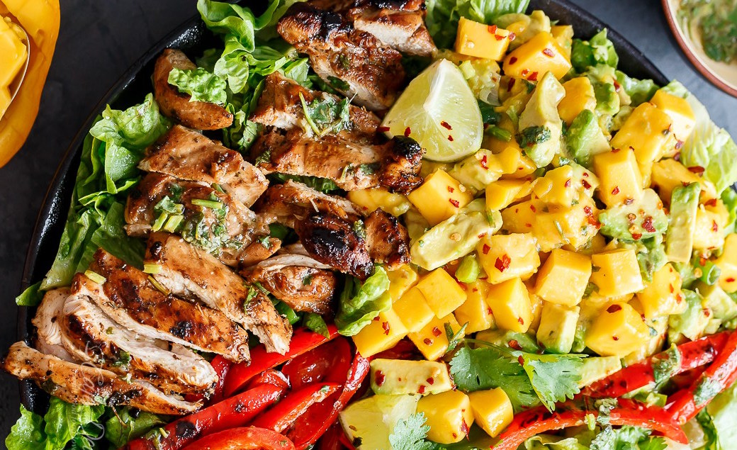 Hedendaags Deze frisse mango-kip salade is voedzaam, makkelijk en eiwitrijk KJ-56