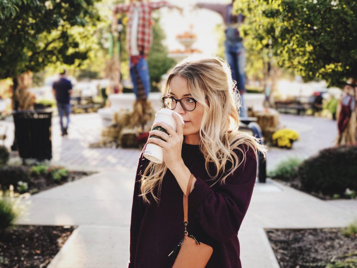 Vrouw-koffie-drinken-FEMFEM