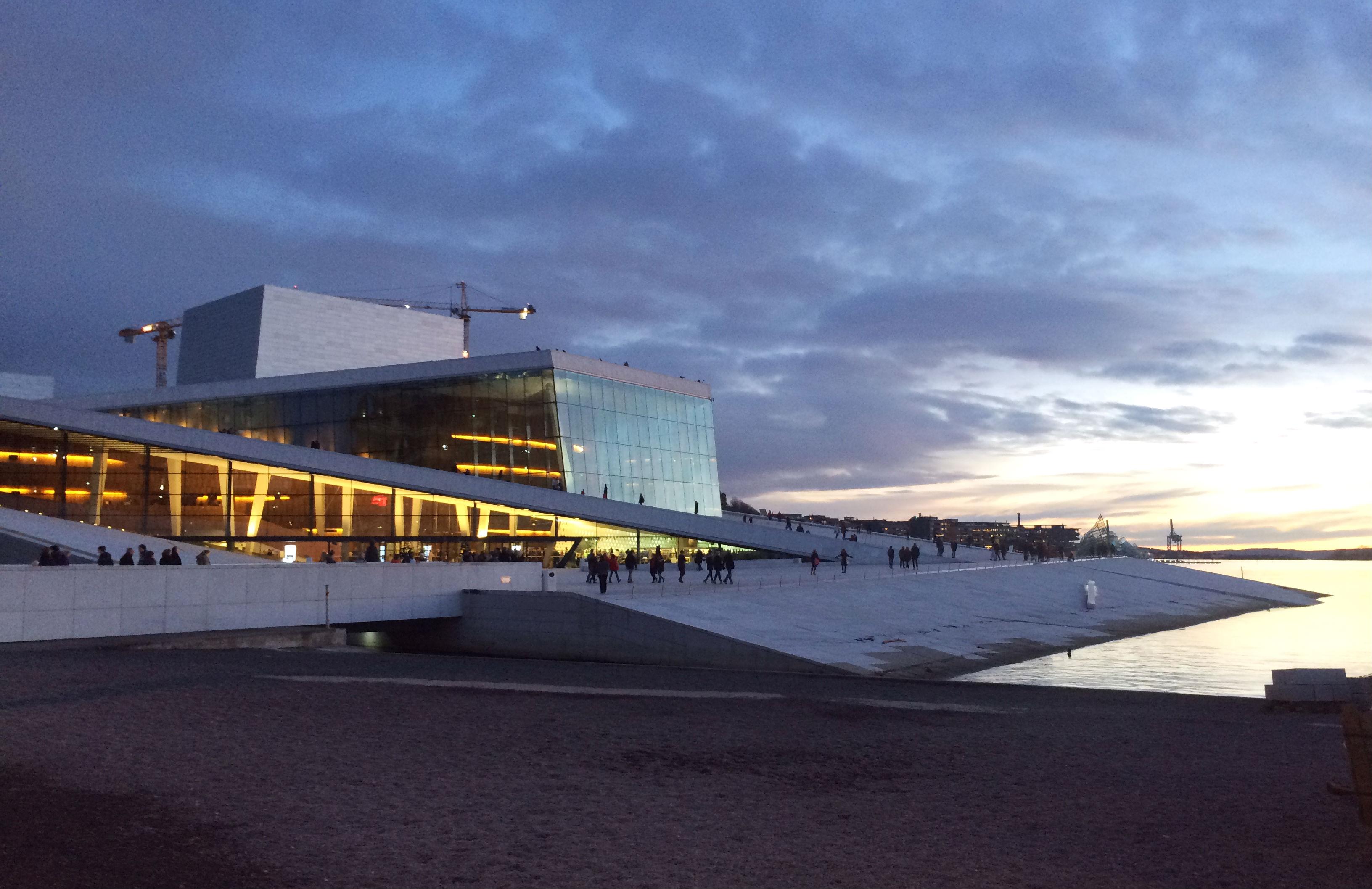 De publiekstrekker het Nationaal Ballet en Opera gebouw in de haven van Oslo.