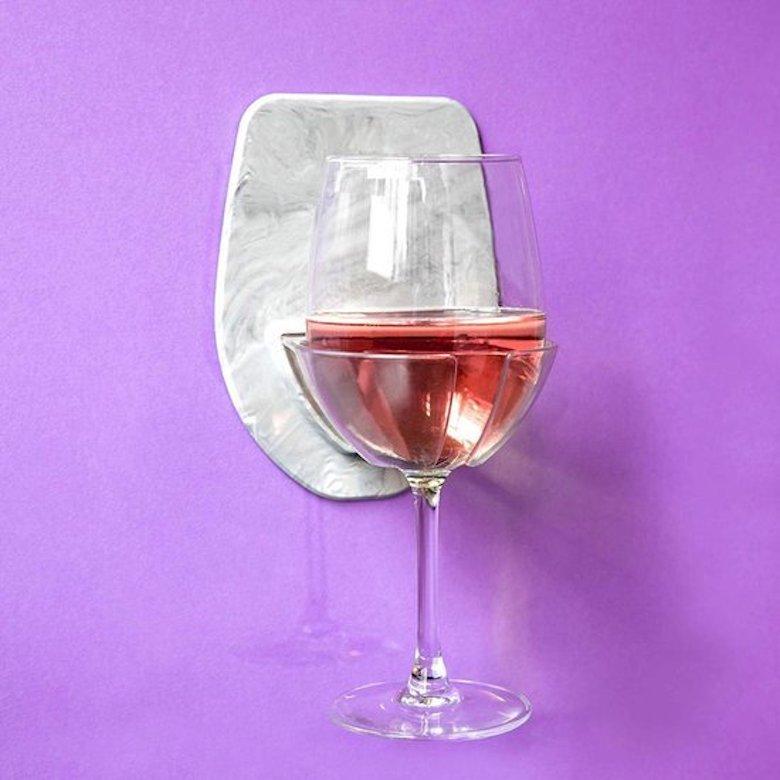 Deze wijnglashouder is onmisbaar in jouw badkamer FEM FEM