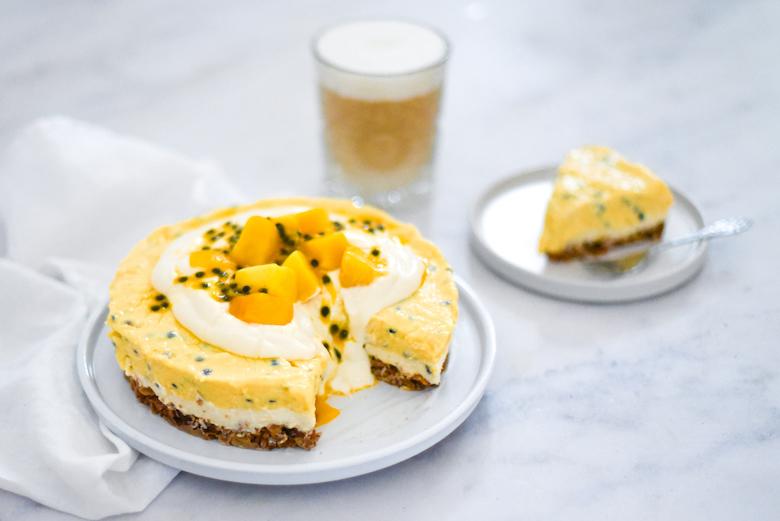Granola-ontbijttaart met tropisch fruit en een plantaardige flat white - liggend