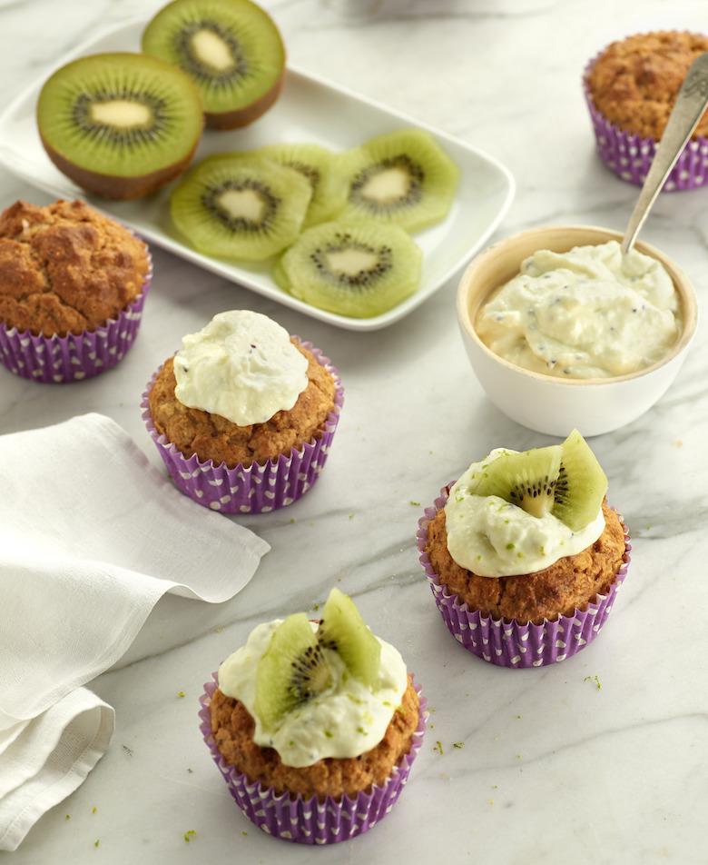 Volkoren-muffins-met-haver-roomkaas-en-kiwi---staand