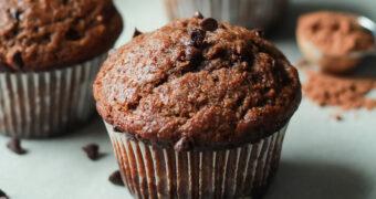 Ontbijten is nog nooit zo lekker geweest met deze gezonde banaan-choco muffins