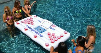 Met deze opblaasbare beer pong worden je pool parties nóg leuker