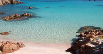Dit roze strand in Italië wordt bij deze toegevoegd aan je bucketlist