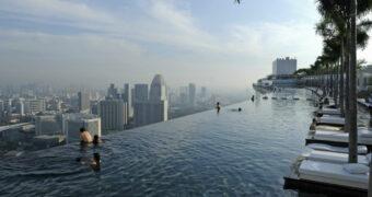 Zwemmen op de 55ste etage van een wolkenkrabber doe je in Singapore