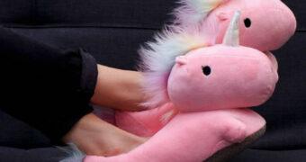 Stijlvolle én warme voeten met deze verwarmde unicorn sloffen!