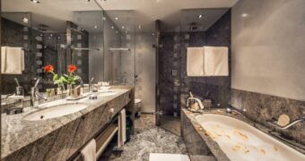 tshuggen grand hotel badkamer
