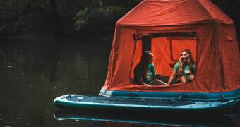 Je kunt nu slapen in een drijvende tent op het water