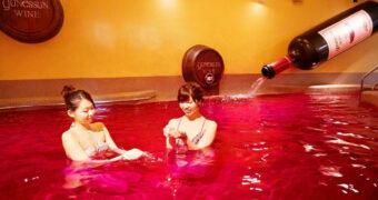In deze spa in Japan kun je zwemmen in een bad gevuld met rode wijn