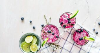 Je kunt heel binnenkort roze gin kopen, net op tijd voor de feestdagen!