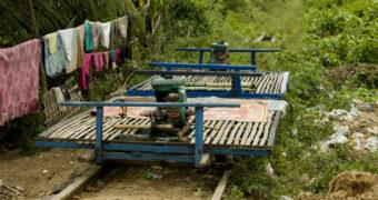 Midden door de natuur met deze bamboetrein in Cambodja