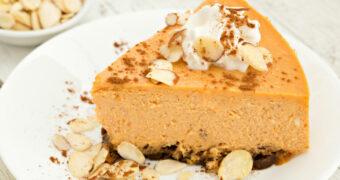 Deze heerlijke, herfstachtige pumpkin cheesecake is de perfecte lekkernij voor de zondag