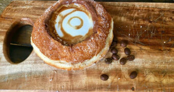Koffie in een donut, een betere manier om je dag te starten is er niet