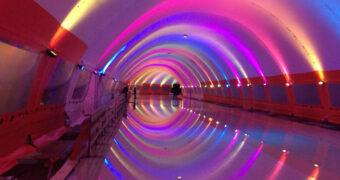 Deze regenboogschaatsbaan in Rotterdam is een waar lichtjesfestijn