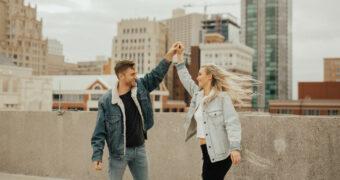 Waarom het hebben van een lange relatie rond je twintigste juist heel leuk is