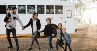 Dit gezin woont in een schoolbus van 23 m² en ze leven het ultieme leven
