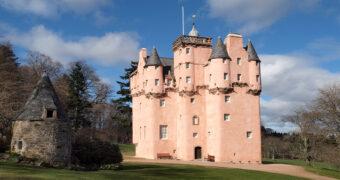 Een werkelijk sprookje: hier vind je een roze kasteel