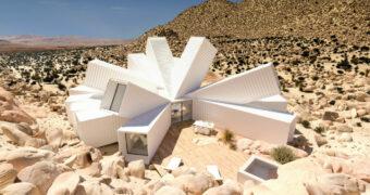 Deze bijzondere design containerwoning ligt midden in de woestijn
