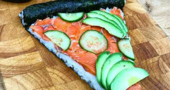 Deze sushi pizza maak je super makkelijk zelf