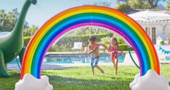 Deze opblaasbare regenboog zorgt voor magie in je tuin