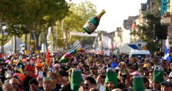 Geen water maar wijn en oesters: deze marathon krijgt iedereen aan het sporten