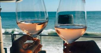 Het effect van alcohol drinken in de zon op je uiterlijk