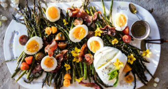 Recept: geroosterde aspergesalade met ei en bacon