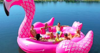 Hittegolf musthave: dobberen met je vrienden op een giga flamingo