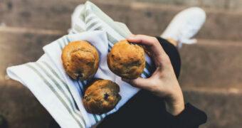 Recept: koolhydraatarme bananen muffins met blauwe bessen