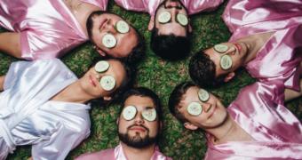 Té leuk: deze mannen helpen hun beste vriendin met haar bruiloft