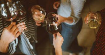Waarom drinken we met vrienden vaak een borrel?