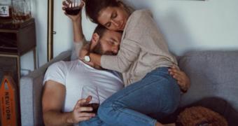 Waarom het ook prima is als je niet knuffelend in slaap valt