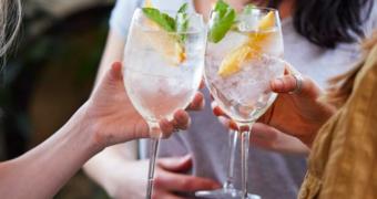 Vergeet de gin tonic, dit is wat je van de zomer gaat drinken