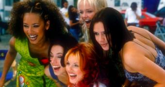 Je kan de originele bus van de Spice Girls nu ook boeken voor een overnachting