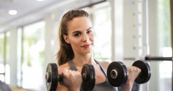 Deze gewoontes beschadigen je huid tijdens een sportschoolbezoek