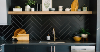 Ruw en verfijnd: de zwarte keuken trend