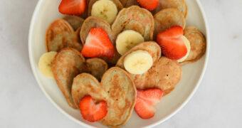Vegan hartjespannenkoeken met banaan en rood fruit_horizontaal