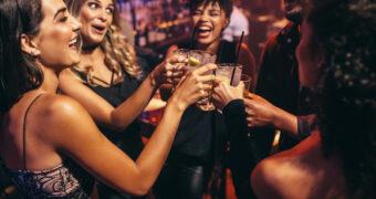 Hoe gedraag jij je na een paar drankjes? Je sterrenbeeld verraadt het FEM FEM