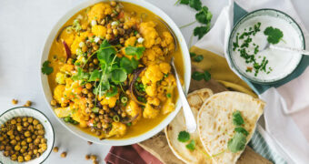 Gele curry van bloemkool met geroosterde kikkererwten - liggend1